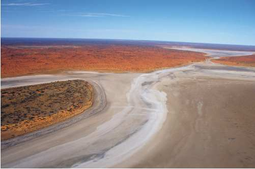 S9 Like most desert lakes, Lake Amadeus in central Australia is a vast salt pan. Photograph by Mike Smith.
