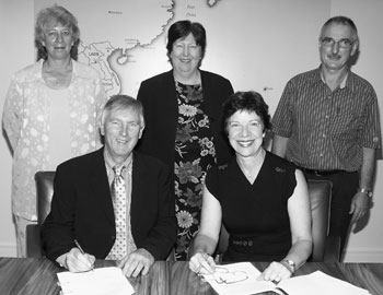 Image: The Australian Statistician, Dennis Trewin, signing a Memorandum of Understanding with the Northern Territory Government